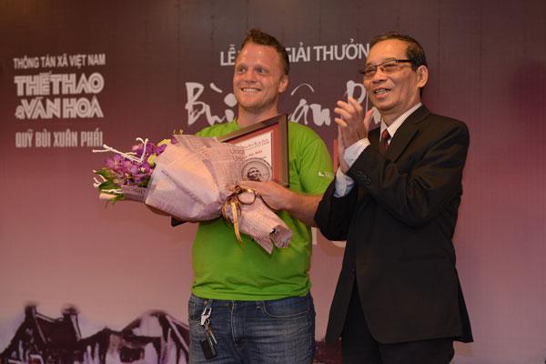 Chủ tịch UBND TP Hà Nội Nguyễn Đức Chung nhận giải thưởng Bùi Xuân Phái - Ảnh 2