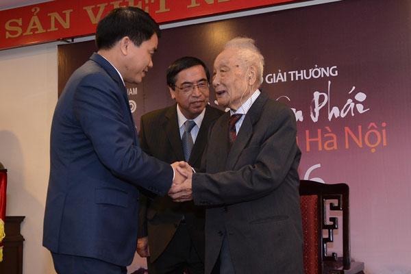 Chủ tịch UBND TP Hà Nội Nguyễn Đức Chung nhận giải thưởng Bùi Xuân Phái - Ảnh 1