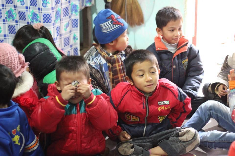 Cảm động chàng trai người Mường bại liệt vẫn mở lớp dạy học - Ảnh 2