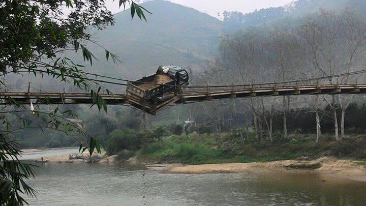 Hà Giang: Thót tim xe tải gặp nạn lơ lửng giữa cầu treo - Ảnh 1