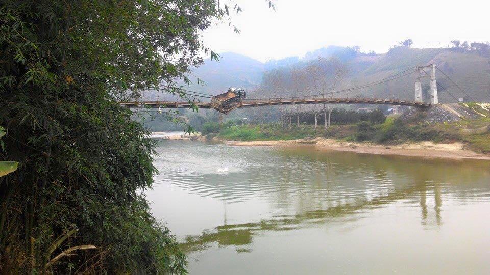 Hà Giang: Thót tim xe tải gặp nạn lơ lửng giữa cầu treo - Ảnh 2
