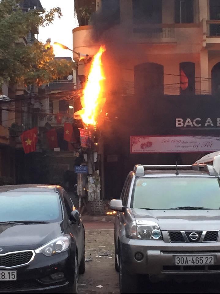 Hà Nội: Cột điện bốc cháy dữ dội chiều mùng 1 Tết - Ảnh 3