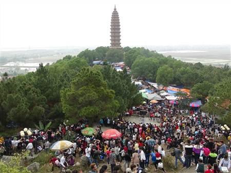 Bắc Ninh: Hàng vạn du khách trẩy hội chùa Phật tích - Ảnh 1