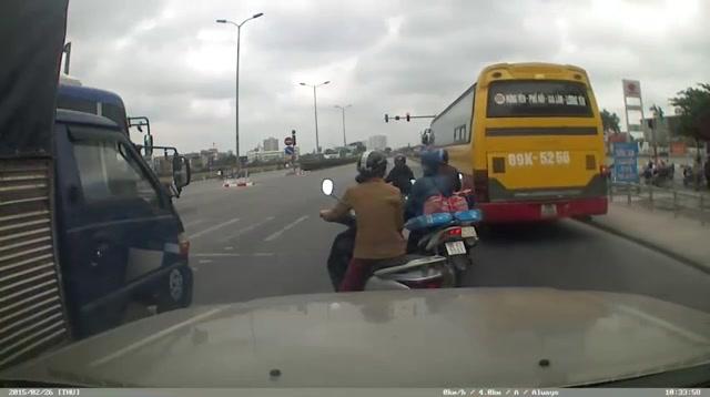 Video: Xe bus hú còi bắt xe khác tránh đường để... vượt đèn đỏ - Ảnh 1