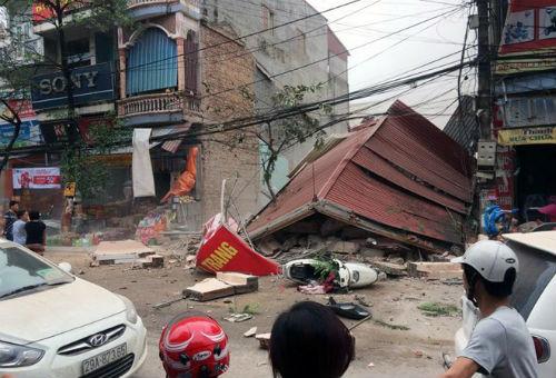Hiện trường ngôi nhà 3 tầng bất ngờ đổ sập, 4 người thoát chết - Ảnh 1