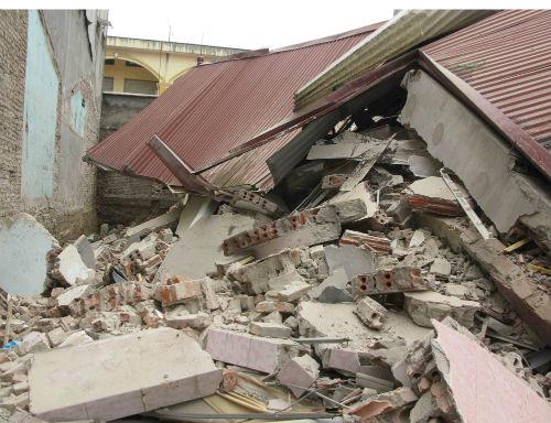 Hiện trường ngôi nhà 3 tầng bất ngờ đổ sập, 4 người thoát chết - Ảnh 2