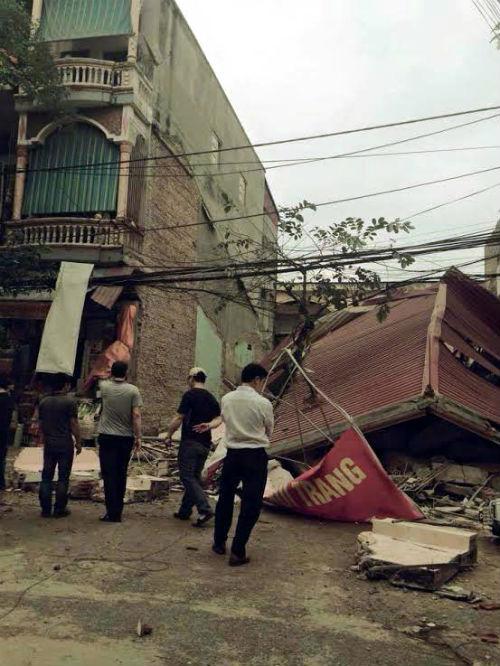 Hiện trường ngôi nhà 3 tầng bất ngờ đổ sập, 4 người thoát chết - Ảnh 3