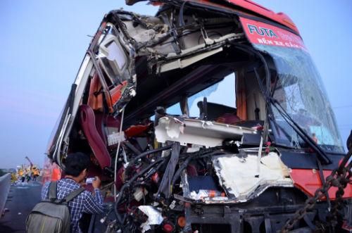 Xe khách đâm vào 2 xe tải, 10 người thương vong - Ảnh 1