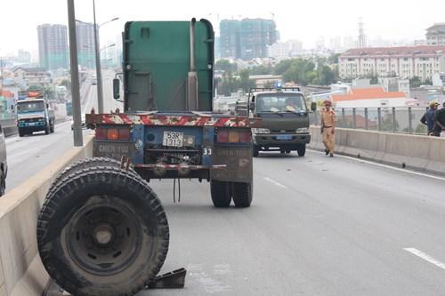 Tai nạn liên tiếp trên cầu Phú Mỹ, giao thông kẹt cứng - Ảnh 1