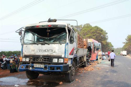 Tai nạn kinh hoàng, tài xế và phụ xe khách tử vong tại chỗ - Ảnh 1