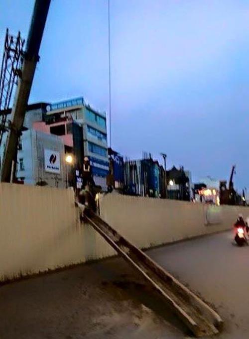 Thanh sắt dài 10m rơi ở tuyến đường sắt Nhổn - Ga Hà Nội - Ảnh 1