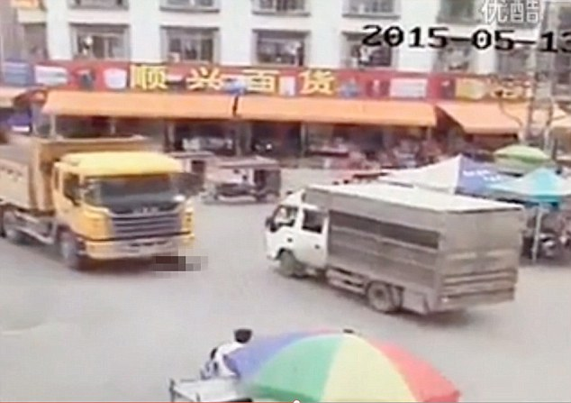 Mải dùng điện thoại khi qua đường, cô gái bị xe tải đâm chết thảm - Ảnh 1