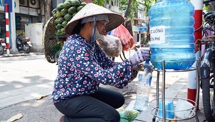 Cảm động những ly trà đá, nước lọc miễn phí trong ngày hè - Ảnh 2