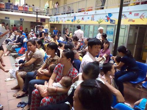 Nắng nóng kéo dài, hàng loạt người già, trẻ em nhập viện - Ảnh 1