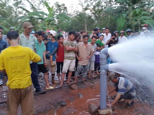 Hàng nghìn người xem khống chế giếng khoan phun nước cao 20m - Ảnh 1
