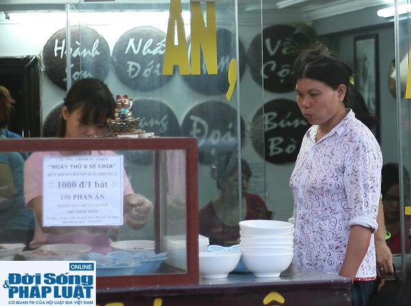 Cảm động quán bún bò 1.000 đồng dành cho người nghèo giữa Hà Nội - Ảnh 8