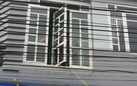 Một phụ huynh đưa con đi thi bị rơi từ lầu 2 nhà nghỉ - Ảnh 1