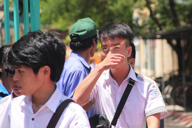 Kỳ thi THPT Quốc gia 2015: Dùng điện thoại chụp đề, thí sinh bị đình chỉ thi  - Ảnh 1