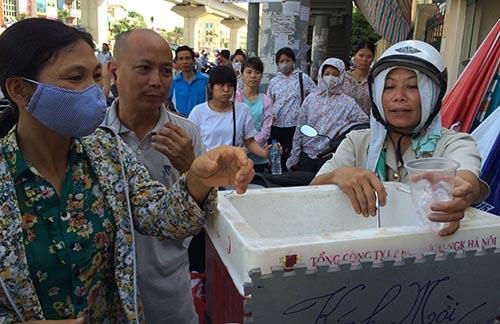 Cảm động cô đồng nát nấu nước trà đá miễn phí cho sĩ tử, phụ huynh - Ảnh 1