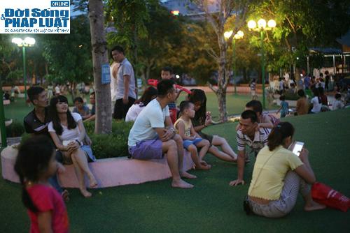 Hàng ngàn người Hà Nội đổ ra đường hóng mát  - Ảnh 10