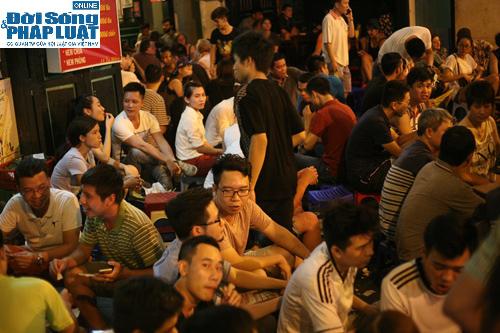 Hàng ngàn người Hà Nội đổ ra đường hóng mát  - Ảnh 1