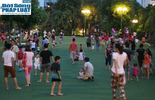 Hàng ngàn người Hà Nội đổ ra đường hóng mát  - Ảnh 11