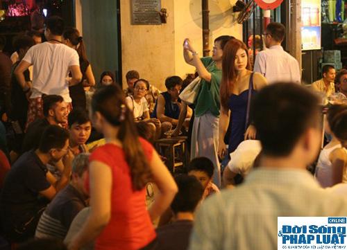 Hàng ngàn người Hà Nội đổ ra đường hóng mát  - Ảnh 2