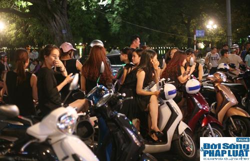Hàng ngàn người Hà Nội đổ ra đường hóng mát  - Ảnh 3