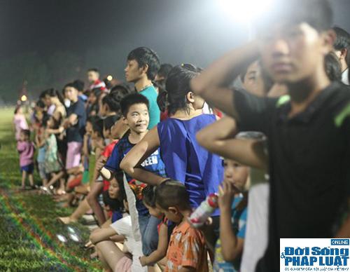 Hàng ngàn người Hà Nội đổ ra đường hóng mát  - Ảnh 4