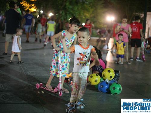 Hàng ngàn người Hà Nội đổ ra đường hóng mát  - Ảnh 5
