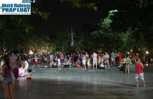 Hàng ngàn người Hà Nội đổ ra đường hóng mát  - Ảnh 6