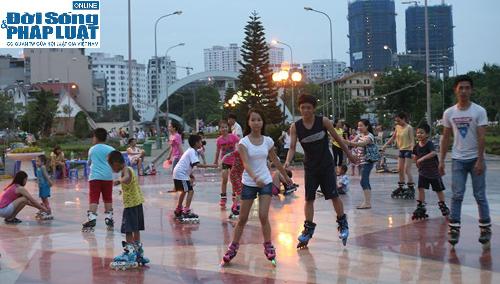 Hàng ngàn người Hà Nội đổ ra đường hóng mát  - Ảnh 7
