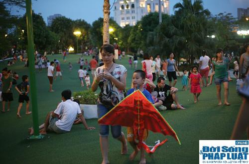 Hàng ngàn người Hà Nội đổ ra đường hóng mát  - Ảnh 9