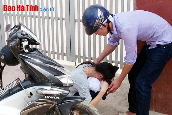 Đến thi muộn vì bố đột ngột qua đời, nữ sinh gục khóc trước cổng trường - Ảnh 2