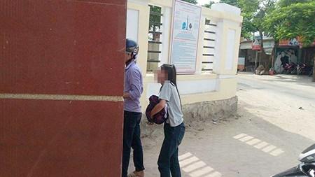 Đến thi muộn vì bố đột ngột qua đời, nữ sinh gục khóc trước cổng trường - Ảnh 1