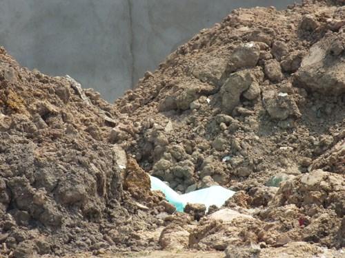 Phát hiện thi thể người cháy đen ở khu đất trống nghi bị đốt từ nơi khác - Ảnh 1