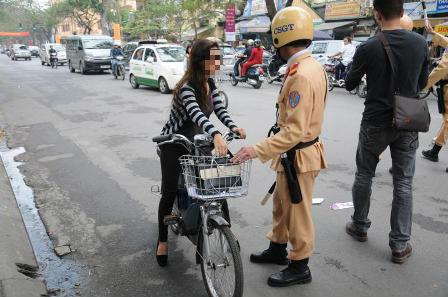 Xe đạp điện không đội mũ bảo hiểm phạt bao nhiêu tiền? - Ảnh 1