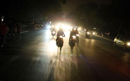 Đi xe không bật đèn chiếu sáng bị phạt bao nhiêu tiền? - Ảnh 1