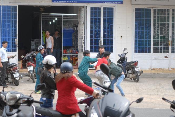 Dân quân đánh người ngay giữa đường khi đi hát karaoke - Ảnh 1