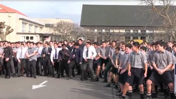 Xúc động với clip nam sinh trường trung học nhảy tặng người thầy vừa qua đời - Ảnh 2
