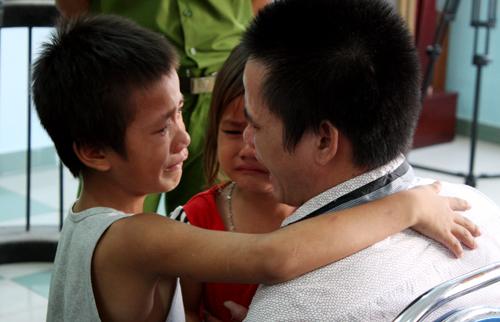Cha ôm 2 con thơ khóc trước vành móng ngựa - Ảnh 2