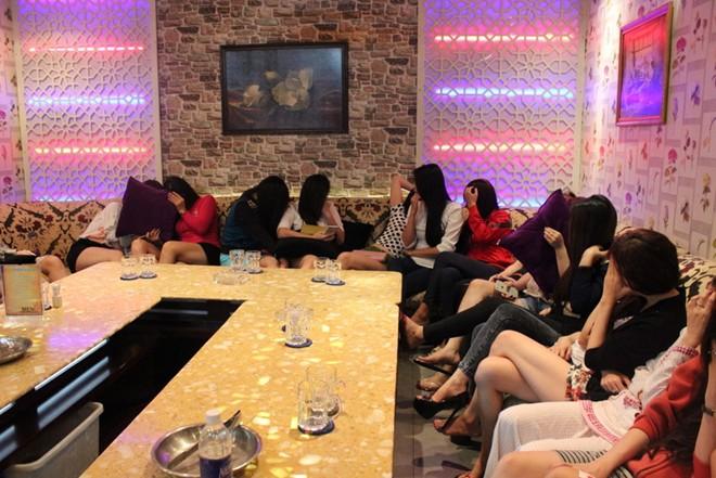 Hàng chục cô gái ăn mặc hở hang tiếp khách hát karaoke - Ảnh 1