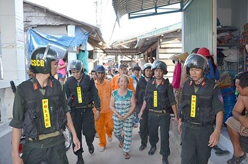 """Hàng trăm cảnh sát vây bắt """"bà trùm"""" ma túy ở Bình Thuận - Ảnh 1"""