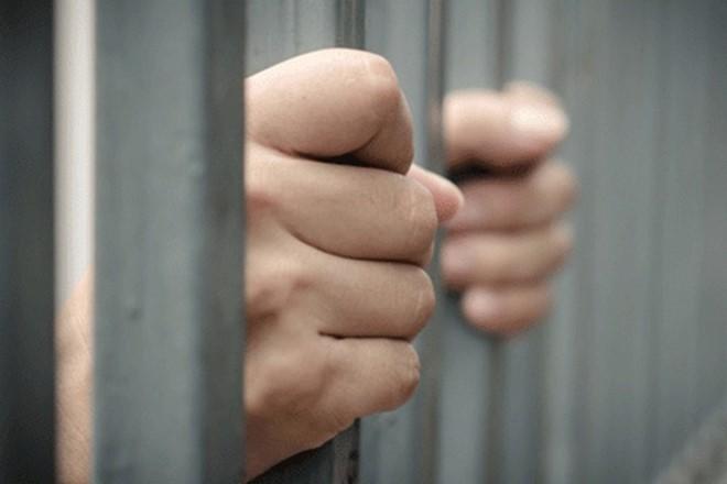 Bị thách thức, giết người ngay trong buồng tạm giam - Ảnh 1
