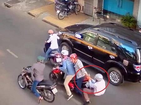 Dàn cảnh va quệt xe để cướp ở TP.HCM - Ảnh 1