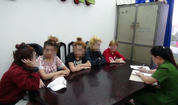 """Giải cứu 5 bé gái nghi bị ép vào """"động"""" massage kích dục - Ảnh 1"""