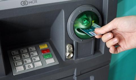 Những lưu ý để không mất tiền oan khi dùng thẻ ATM - Ảnh 1