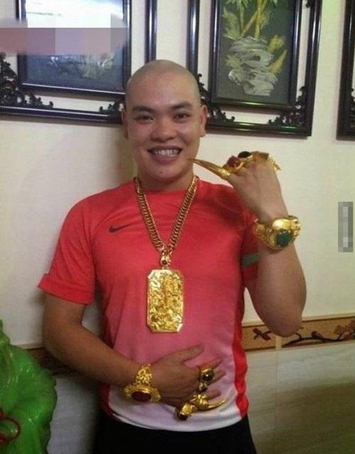 """Những """"đại gia Việt"""" khoe của bằng đeo cả trăm cây vàng trên người - Ảnh 3"""