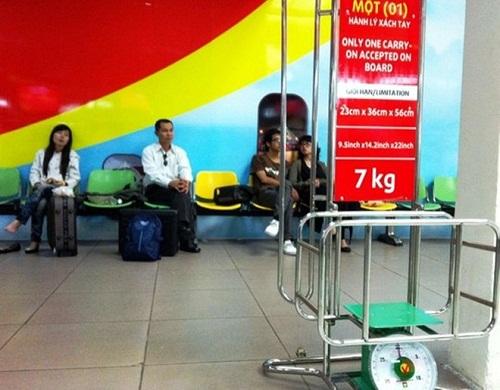 Tát nhân viên hàng không, nữ hành khách bị phạt tiền - Ảnh 1