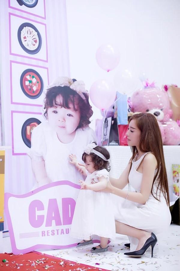 Con gái Elly Trần xinh như thiên thần trong tiệc sinh nhật 1 tuổi - Ảnh 4